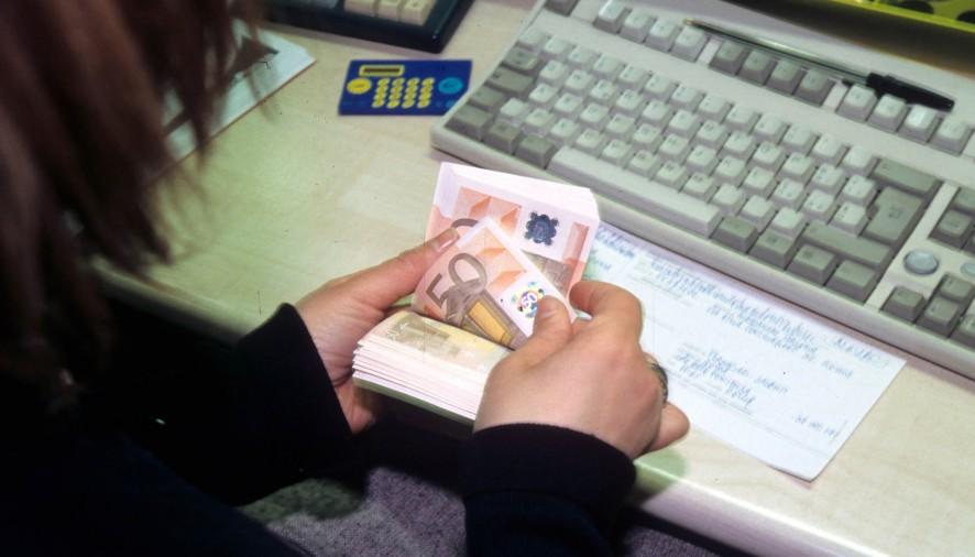 Rapina alla banca: ladri fuggono con il  bottino