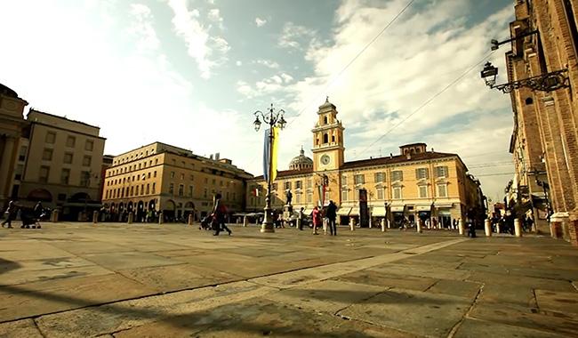 Piazza Garibaldi, la nuova moda del centro è scalciare le bici
