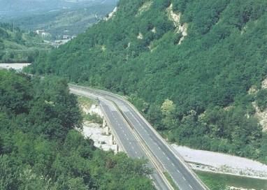 Camion ribaltato sulla Cisa, i soccorsi salvano il conducente