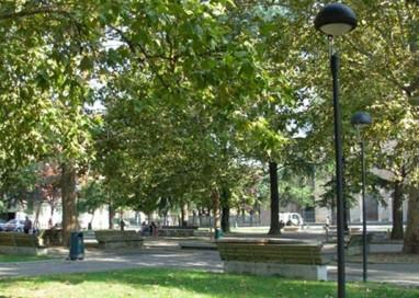 Piazzale Pablo, la nuova moda dei ragazzini: sassi contro le auto