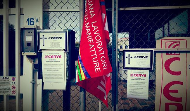 I lavoratori della Cerve scioperano davanti la sede