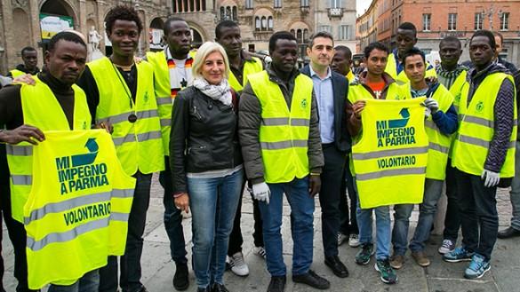 I richiedenti asilo puliscono piazze e strade
