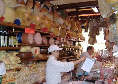 Sale il commercio ambulante, calano i negozi tradizionali