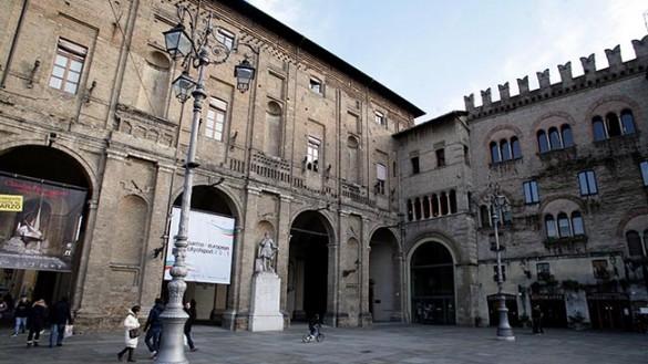 Il Palazzo Municipale di Parma s'illumina per la solidarietà
