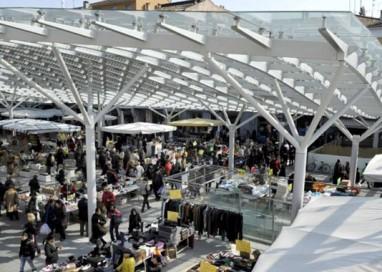 Sequestro merce contraffatta in piazza Ghiaia