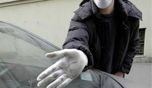 20060615 - ROMA - CRO -SMOG, IN ITALIA QUASI 9000 MORTI ALL'ANNO Un uomo con una  mascherina protettiva  mostra lo smog che si e' depositato su un'automobile in una recente immagine d'archivio. Secondo lo studio 'Mal'Aria' di Legambiente, nel 2006 in molte citta' la presenza di polveri sottili pm10 nell'aria ha infatti superato costantemente i limiti giornalieri considerati pericolosi per la salute.In particolare nel 2006 i limiti sono stati superati per ben 206 giorni a Palermo, 183 a Verona, 162 a Torino, 159 a Padova e 156 a Venezia. E poi 152 giorni a Milano e 125 a Roma ARCHIVIO  -  ALESSANDRO CONTALDO/ANSA