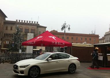 Babbo Natale arriva in auto e parcheggia in Piazza