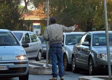 Parcheggiatori abusivi alla riscossa: tornano in città