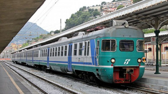 Molesta i viaggiatori e rapina una donna sul treno: arrestato