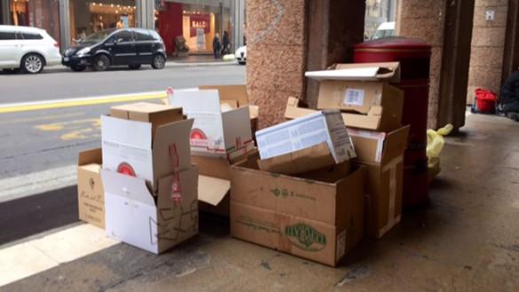 In via Mazzini tra cumuli di rifiuti