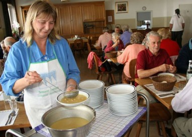 Anziani: Il no dei sindacati ad affidare servizi a volontari