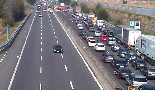 Caos in A1, auto si ribalta e traffico in tilt tra Fidenza e l'A15