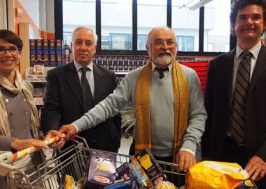 L'Emporio aiuta 950 persone: si può portare cibo, altri lo ritirano