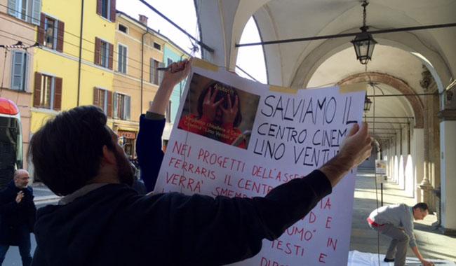 In scena la parodia della Ferraris per dire no alla chiusura del Lino Ventura