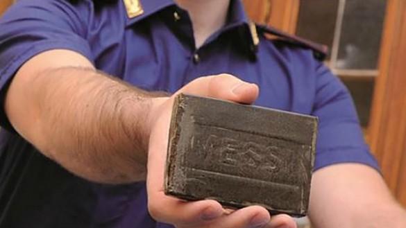 Nasconde 3,5 chili di droga in auto: arrestato