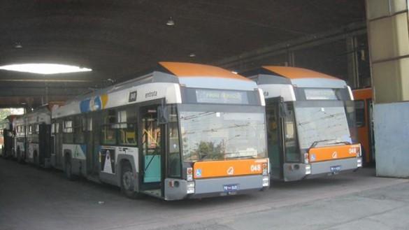 L'autista non riesce a fermare bus e grida pedoni di spostarsi