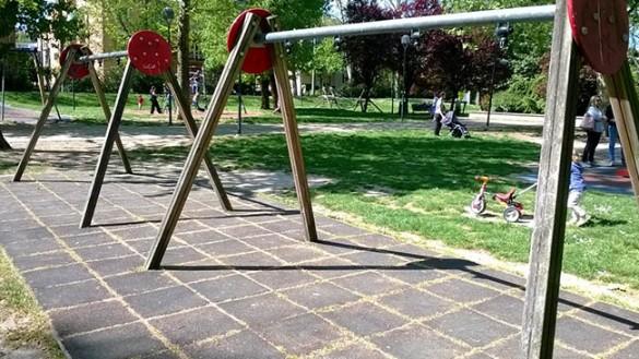 Anche per oggi non si vola. Che tristezza il parco senza altalene!