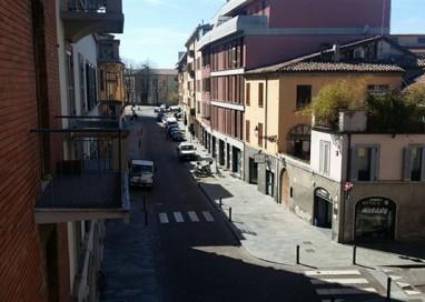 Scontro in via Imbriani tra un parmigiano e quattro stranieri
