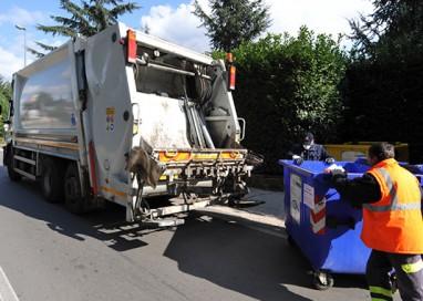 Con la bici contro un camion dei rifiuti. Grave al Maggiore