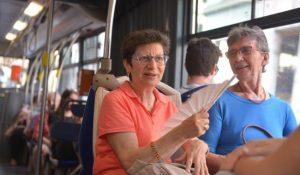 caldo _Autobus, due signore cercano di rinfrescarsi