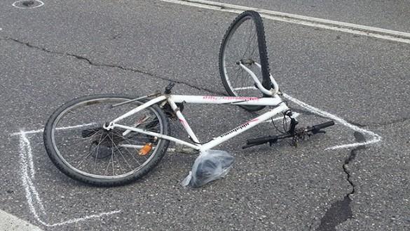 Incidente in viale Basetti, ciclista incastrata sotto un'auto