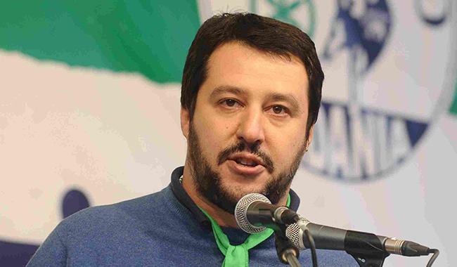 """Pizzarotti su Salvini: """"Assente 95 giorni. #UnavitainVacanza"""""""