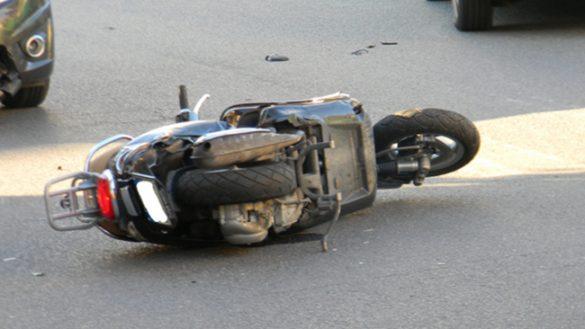 Un'altra vittima della strada: uomo cade in scooter e muore
