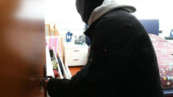 I proprietari sono dai vicini, ladri entrano in casa