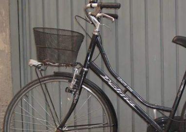 Pusher con panetto di hashish nel cestino della bici