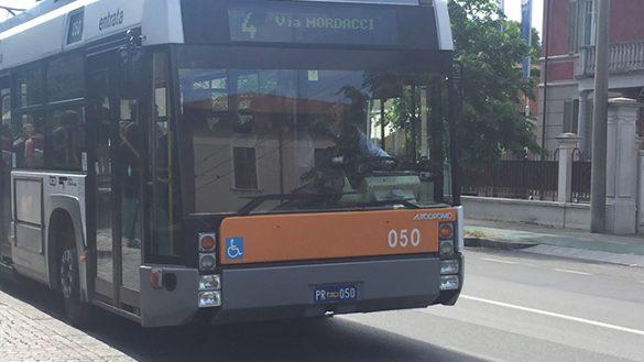 Paura sull'autobus: ragazzi spruzzano spray urticante e scappano