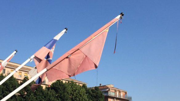Fatiscenti le bandiere sul ponte