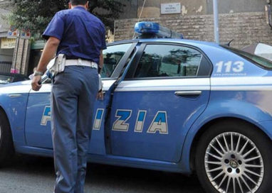 Incidente in via Zarotto, auto si ribalta su una fiancata