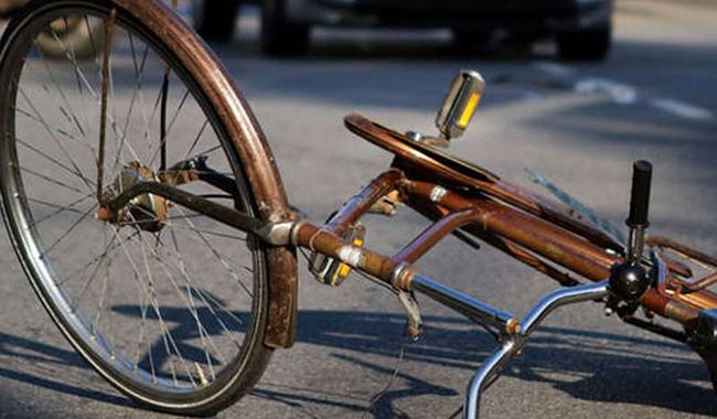 Cade dalla bici: 80enne in gravi condizioni