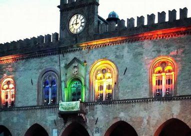 Strage di Orlando. Palazzo Municipale illuminato coi colori dell'arcobaleno