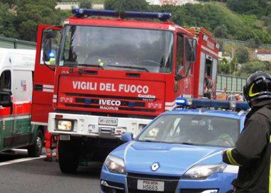 Auto contro mezzo dei Vigili del Fuoco sul ponte Caprazucca