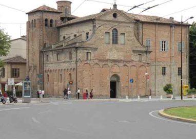 Piazzale Santa Croce: auto investe un ciclista e scappa