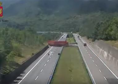 Tir fa inversione a U tra La Spezia e Parma: camionista denunciato
