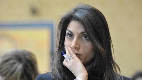 """Sui rifiuti la Raggi replica a Pizzarotti: """"Io le cose le dico in faccia"""""""