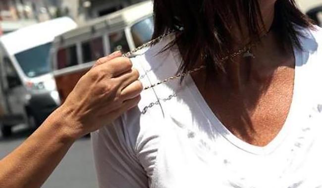 Tenta di strapparle la collana: messa in fuga dalla vittima