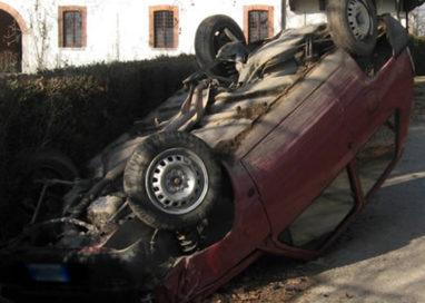 Auto ribaltata in via Mazzini. Conducente ferito, ma non grave
