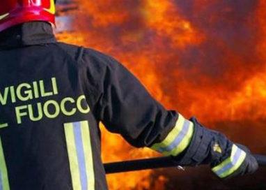 In fiamme un'azienda di vernici in via Mazzini, a Calestano