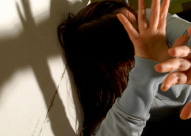Minaccia e picchia la moglie per anni: 47enne in manette