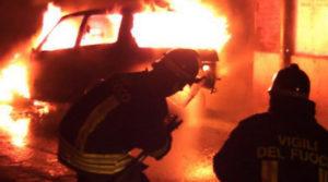 Vigili-del-fuoco-spengono-auto-in-fiamme