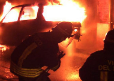 DUE AUTO IN FIAMME IN VIA VOLTURNO