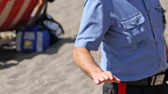 Scaglia la bici contro i carabinieri: arrestato dopo l'inseguimento