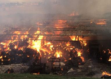 Brucia fienile a Castione Baratti