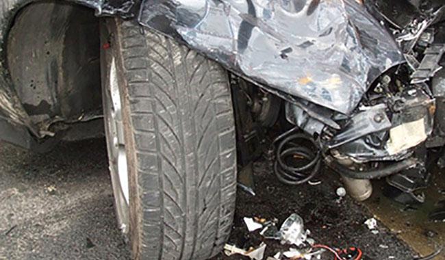 Incidente in via Langhirano: auto si schianta contro un muro