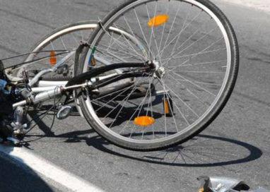 Via Montebello, investe un ciclista all'incrocio e poi fugge