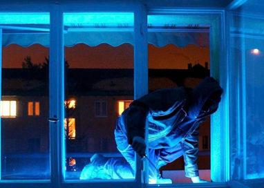 I ladri non vanno in vacanza: svaligiate due case