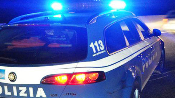 Sassate contro il parabrezza di un'auto, segnalato un 14enne